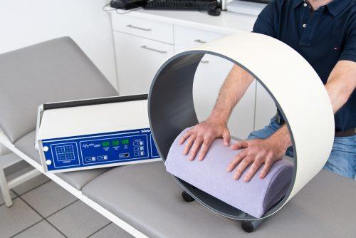 Magnetfeldtherapie an Händen in unserer Praxis